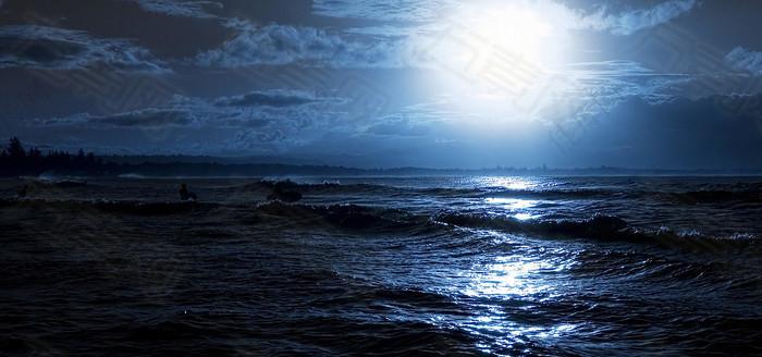 夜晚月光下的大海