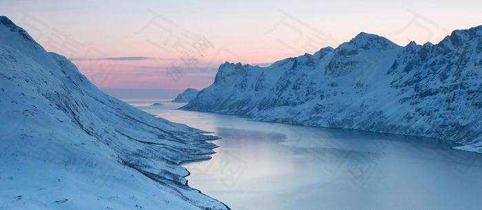 冬季雪景蓝天白云高山背景图