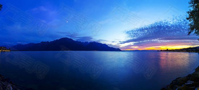 蓝色唯美湖面海报背景