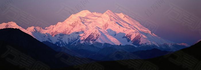 夕阳雪山海报背景图